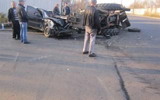 На Артемовском шоссе водитель «Ланоса» выехал на «встречку» и врезался в экскаватор