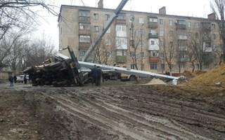 """Как в Горловке на улице Герцена упал кран """"Ивановец"""" (12 февраля 2013 года)"""