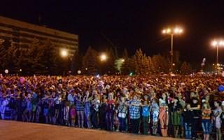 В День шахтера более 30 тысяч горловчан исполнили песню «Спят курганы темные»